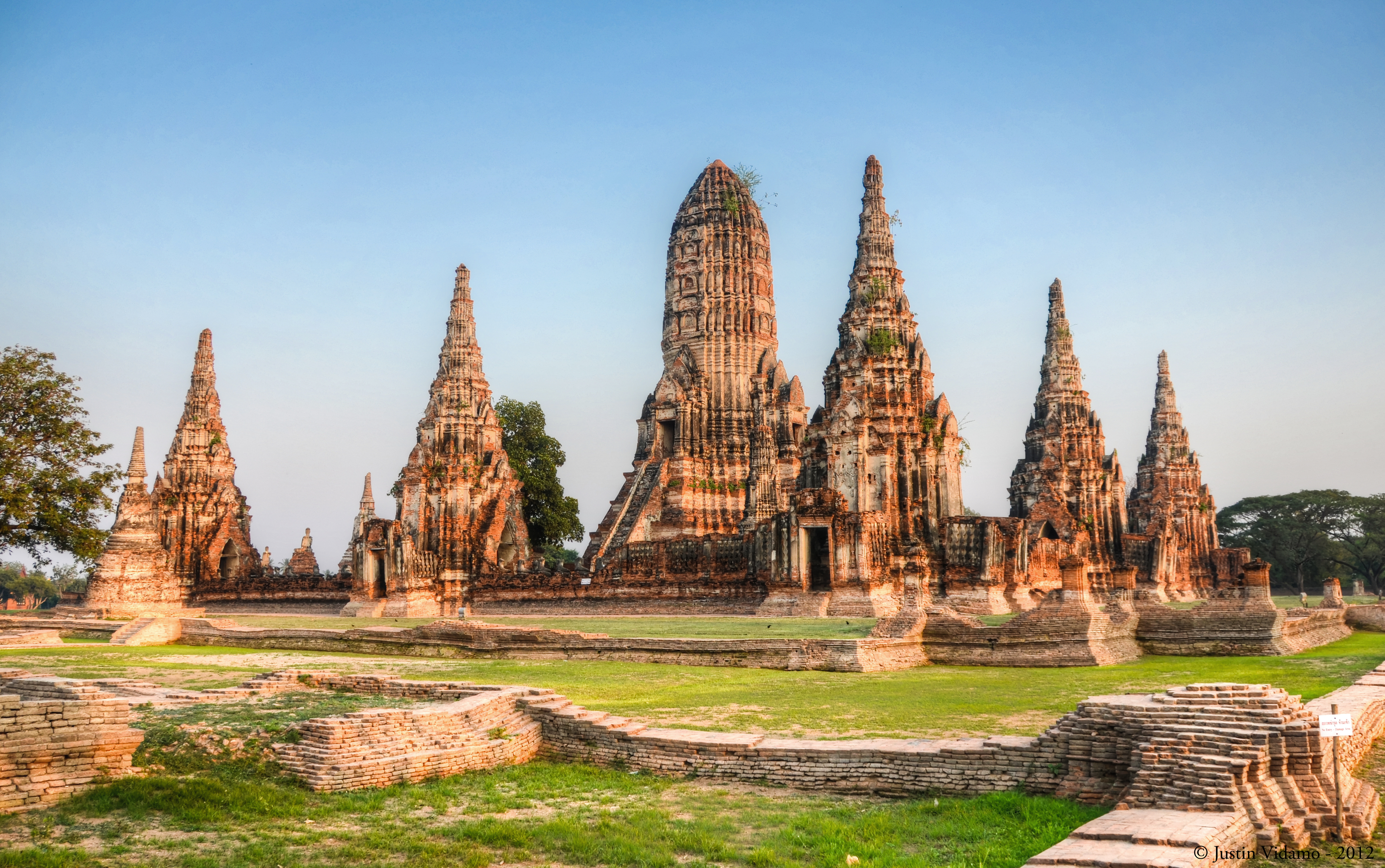 Sunset_at_Wat_Chaiwatthanaram,_Ayutthaya,_Thailand